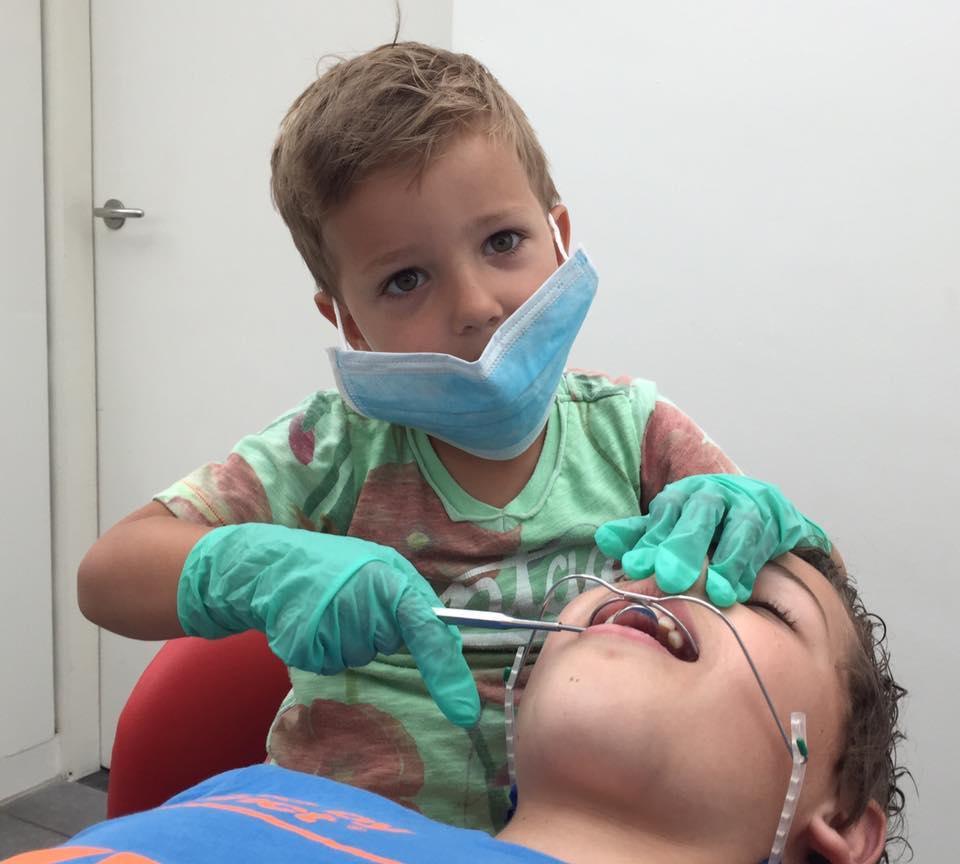 Broertje speelt orthodontist