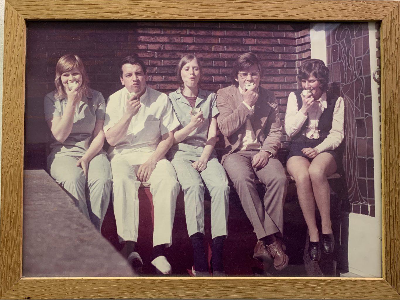 Teamfoto Steutel & De Groot met elk een assistente en samen een receptioniste.