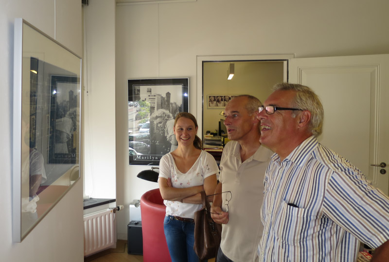 Jildou met haar vader Fokko en oom Tjerk Fokma, terug in het pand van deze mannen hun jeugd.