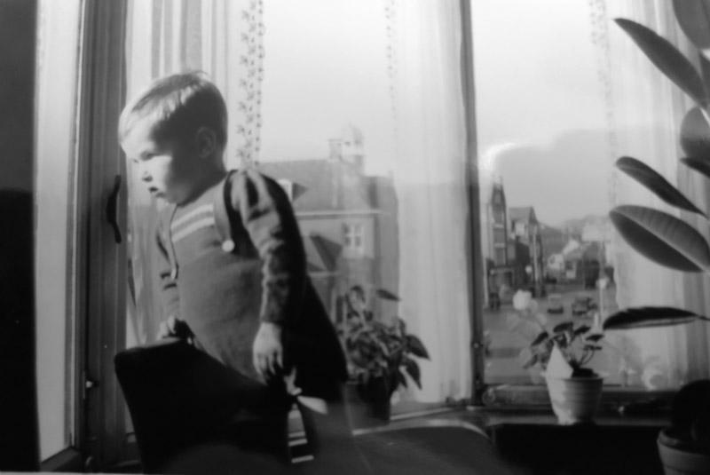 Het jongetje Tjerk Fokma kijk uit het venster van de erker op de Schrans.