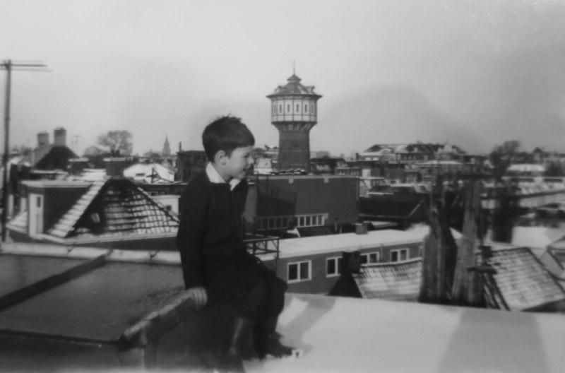 Jongetje Fokma op het dak met watertoren op de achtergrond.