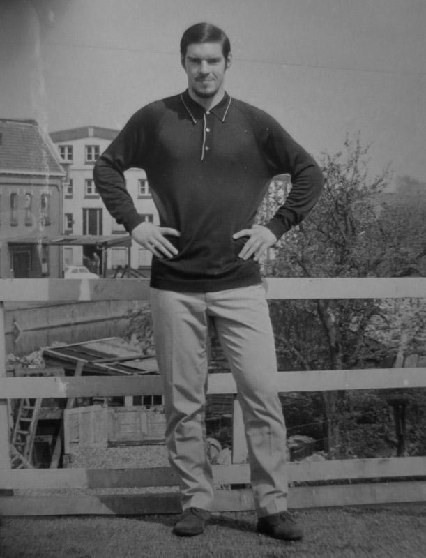 Tjerk Fokma als stoere jongeman op het dakterras, achter zie je de LEIJMPF fabriek.