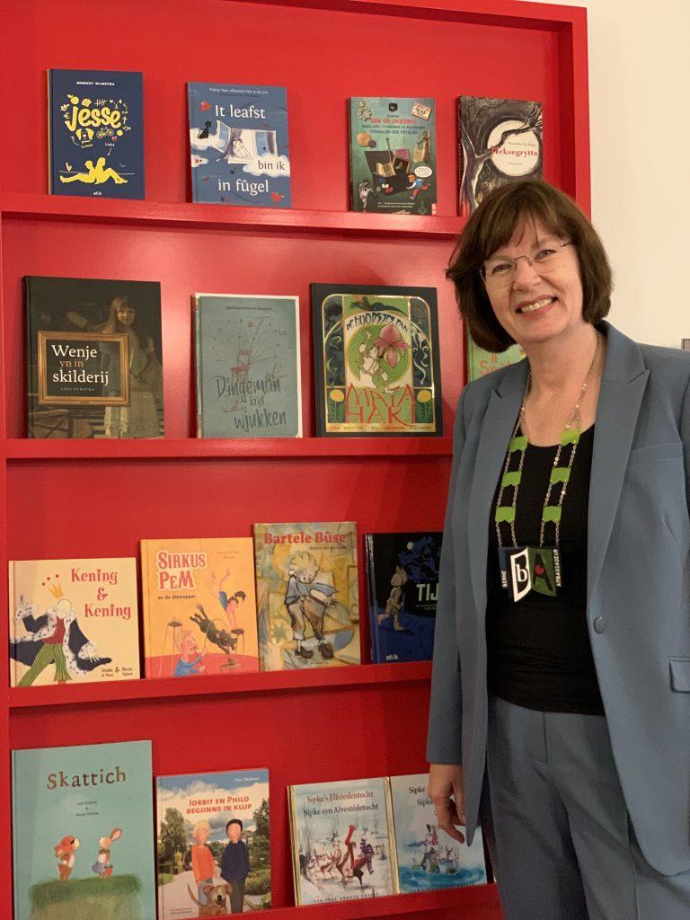 De Berneboeke-ambassadeur met officiële ambtsketting voor de boeken waaruit ze voorgelezen heeft.